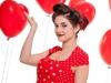 junge attraktive frau mit roten lippen und kleid mit herz luftballonbs